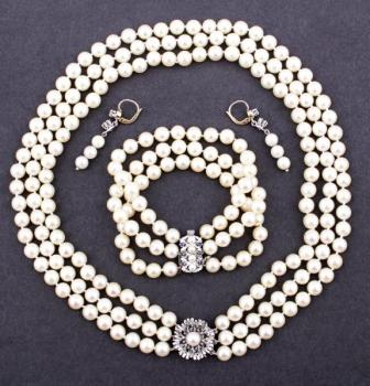 Set of pearl jewelry with sapphires and diamonds