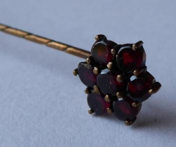 Tie pin with round garnets - flower