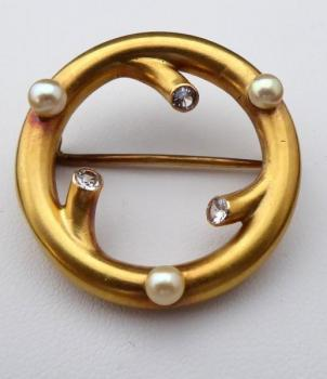 Round gold brooch, sea pearls, clear stones